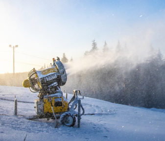 Mitä kylmempää on, sitä tehokkaammin saadaan rinteet lumetettua. Tykitetty lumi kestää lämpöä ja vesisadetta luonnon lunta paremmin.