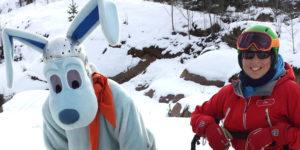 Tämä parivaljakko perehdyttää ilolla lapset lasketteluihin saloihin: Werneri ja Peuramaan hiihtokoulun johtaja Ina Sohn-Rajamäki.