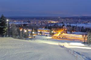 Kausi Ounasvaaralla on pitkä. Ainakin viiden kuukauden ajan Rovaniemellä lasketaan aamu kymmenestä ilta seitsemään. Sunnuntaisin ja juhlapyhinä laskupäivä päättyy kello 17.00. Kuva: Jouni Laaksomies