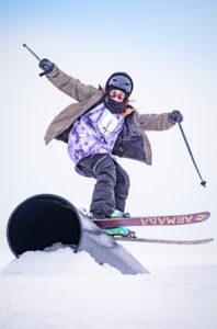Saariselällä on jo kahtena keväänä innostetttu tyttöjä mäkeen Girls Go Shred -tapahtumalla. Naisenergiaa on käytetty myös parkin suunnittelussa. Kuva Juha Kauppinen, laskija Wilma Löfgren.