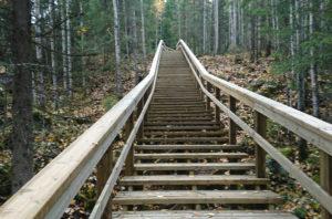 Uudet lähes 800 metriä pitkät portaat odottavat syyslomalaisia Tahkolla. Kuva: Tahkonrinteet