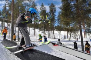Ounasvaaran kausi on lähes puolen vuoden mittainen. Kuvassa vietetään viime kauden päättäjäisiä 17.4.2017, uusi kausi käynnistyy 11.11.2017. Tänä talvena on Rovaniemellä tarkoitus laskea vielä pidempään kuin viime kaudella. Kuva: Jouni Abe Laaksomies