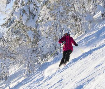 Helmikuun aurinko tarkoittaa usein myös kovia pakkasia. Parikymmentä pakkasastetta ei laskettelijan menoa hidasta, mikäli on pukeutunut oikein.