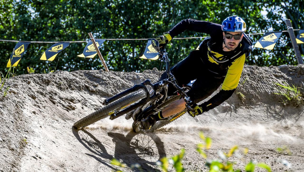 Matti Lehikoinen on Suomen Hiihtokeskusyhdistyksen FMBIA-kouluttaja ja toinen koulutusohjelman rakentajista. Lisäksi hän ohjaa kesäisin leirejä mm. Sappeen bikeparkissa.