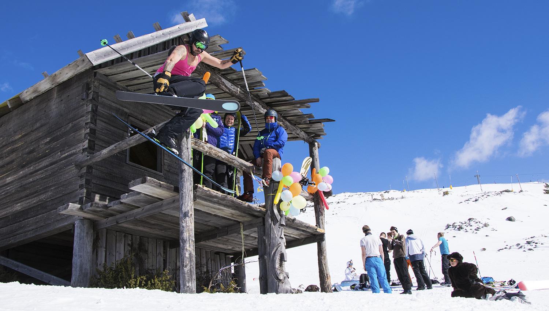 Lunta! Aurinkoa! Karnevaalimeininkiä! Kavereita! Vappu hiihtokeskuksessa kannattaa kokea.