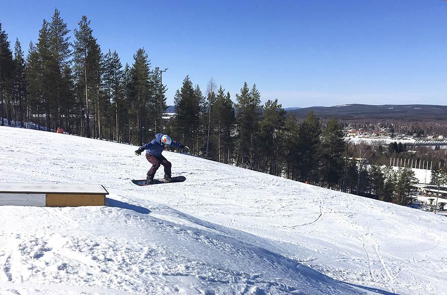 """Ounasvaaralla pääsiäisenä lasketaan innolla ja ohjelmassa on mm. Dumle-skabailua ja hiihtokoulun järjestämiä """"äkkilähtöjä"""". Oukun laskettelukausi päättyy 22.4.2019, minkä jälkeen alkaa valmistautuminen kesätoimintaan."""