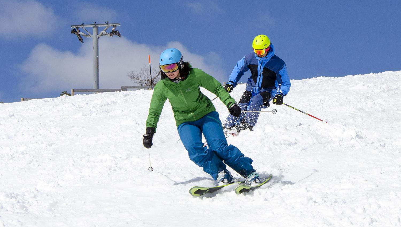 Aurinko, sininen taivas ja hohtava hanki saavat hiihtäjälle hymyn huulille.