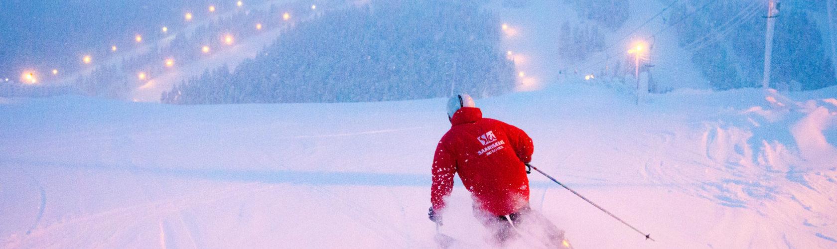 Der Großteil der finnischen Pisten ist beleuchtet, somit kann auch bei Dunkelheit Ski gefahren werden. Der abgebildete Skifahrer genießt eine Abendfahrt in Saariselkä.