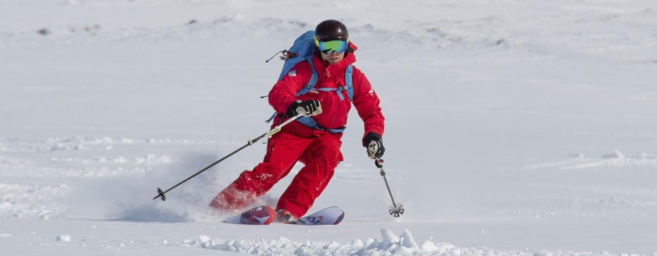 """Pallaksen Pöllöt -hiihtokoulun johtaja Juuso Holstein on jättänyt """"toimistomaisemat"""" ja lähtenyt hiihtokoulun kanssa kiertueelle ympäri Suomea."""