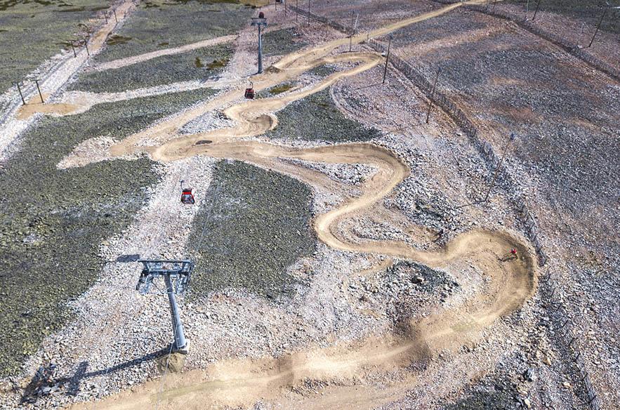 Ylläksen bike park on pitkä ja monipuolinen. Ylös noustaan gondolilla. Kuva: Eetu Leikas