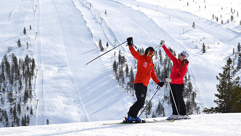 Eine der vielen Skischulen hilft Ski-Anfängern beim Lernen.