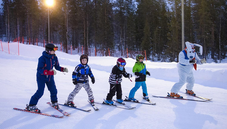 Toisinaan Werneri-hahmo saattaa tulla vierailemaan hiihtokoulutunnilla.