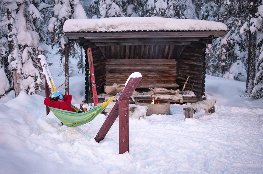 Sallan hiihtokeskuksesta löytyy paljon pieniä laskettelijoita ilahduttavia yksityiskohtia, kuten tulipaikkojen porontaljat sekä riippumatot.