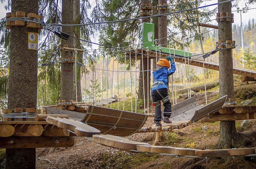 Seikkailupuisto on monen koululaisen syyslomasuosikki. Kuva on Laajiksen seikkailupuistosta.