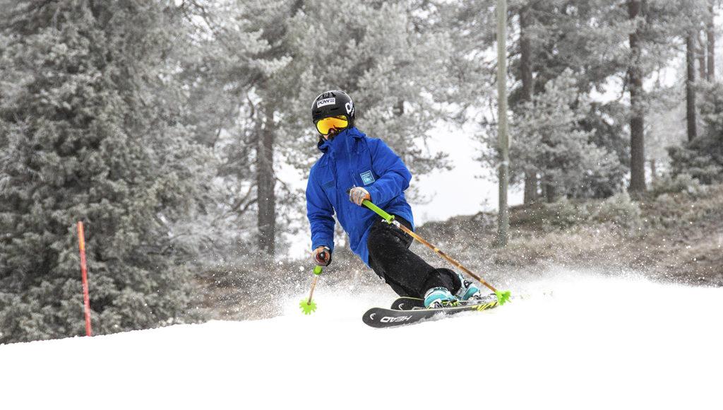 Laskukausi 2019–2020 alkoi Rukalla perjantaina 4.10.2019 kello 9.30. Alamäkikansan otti vastaan kaksi rinnettä, paksu lumipatja, viitisen astetta pakkasta ja hento lumisade.