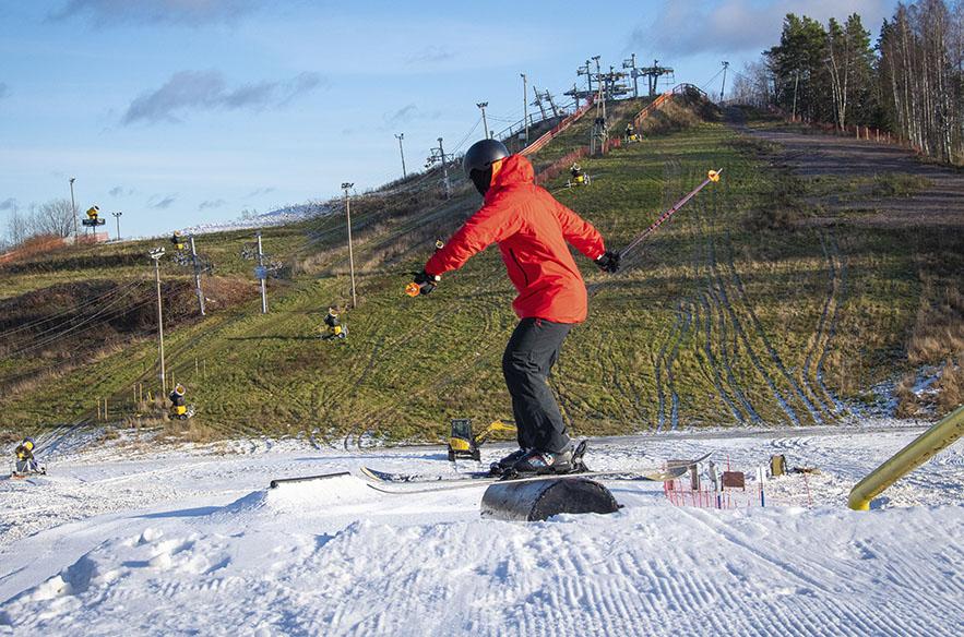 Talman lumitykkiarsenaali on nyt suunnattu taustalla näkyvään Perherinteeseen, ja siellä lumetus alkaa heti kelin kylmetessä riittävästi.