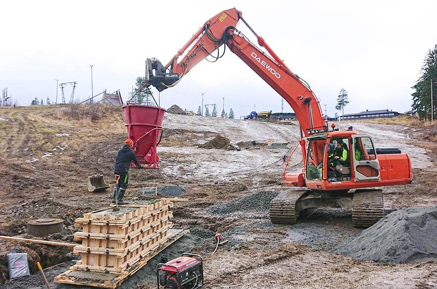 Loma-Kolilta hankittu sompahissi pystytettiin Riihivuoreen heti syksyllä 2019.
