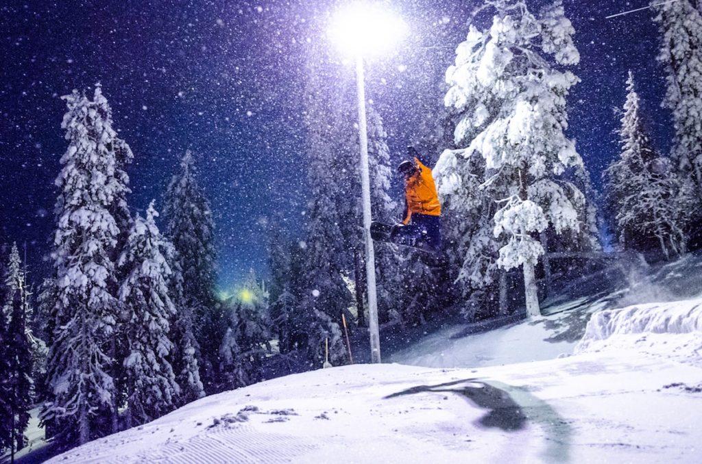 Perfekte Bedingungen für Winterspaß auch an dunklen Tagen.