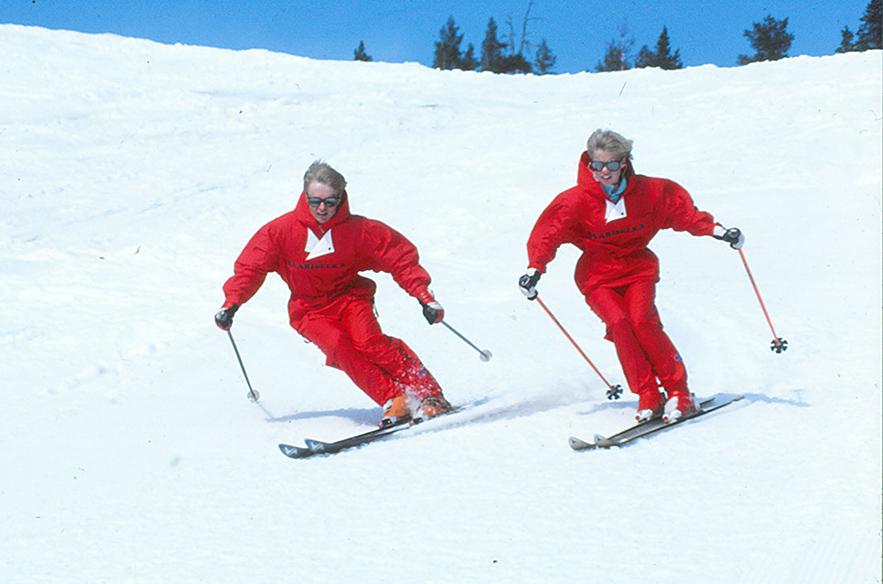 Saariselän kausi on pitkä. Kuvan hiihdonopettajat laskemassa Saariselän rinteillä vuonna 1986.