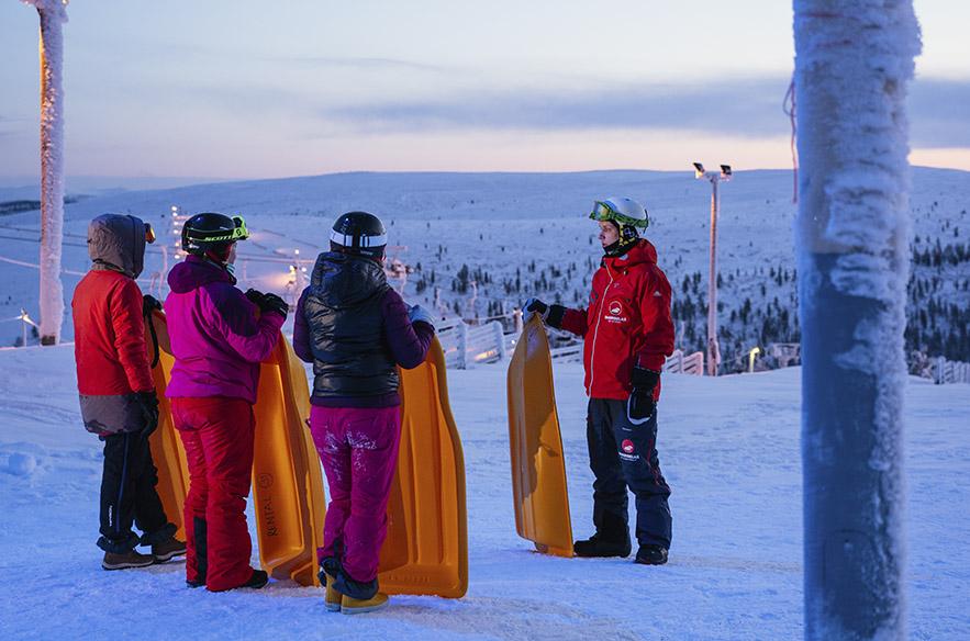 Suomen pisimmän pulkkamäen päälle noustaan tuolihissillä.