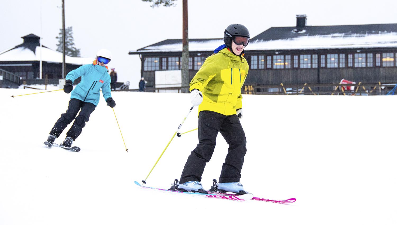 Lumetus takaa valkoiset rinteet, vaikka muuten maa on sula. Tykkilunta tarvitaan myös Keski- ja Pohjois-Suomessa. Tässä lasketaan Riihivuoren rinteillä joulukuussa 2019.