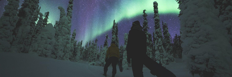 Parhaimmillaan kaamos tarjoaa päivällä upeita värejä ja illalla revontulia. Kuvan lautailijat pääsevät laskemaan Ylläksen upean taivaan alla. Kuvat: Eetu Leikas