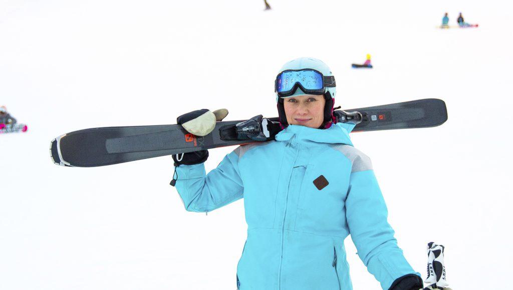 Himoksen hiihdonopettaja Teija Uurinmäki muistuttaa, että ilo on hyvä apuri opetuksessa.