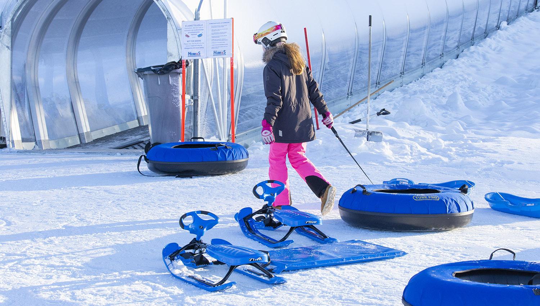Lumimaassa riittää tekemistä kaiken ikäsille, mutta erityisesti perheen pienimmille. Himoksen lumimaassa pulkkamäkeen noustaan katetulla mattohissillä.