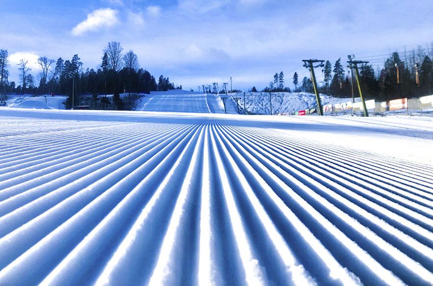Messilässä lumetettiin hiihtolomaa ennen lisää rinteitä ja vahvistettiin olemassa olevien rinteiden paksuutta, joten hiihtolomilla paikat on kunnossa.