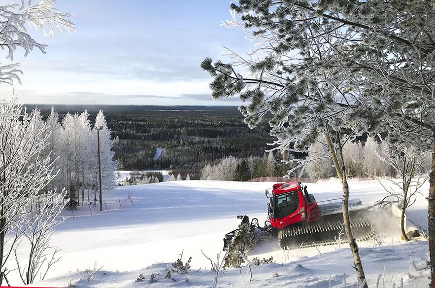 Myös Itä-Suomi on valkoinen. Mustavaaralla rinteet höylätään tunnetusti huippukuntoon.