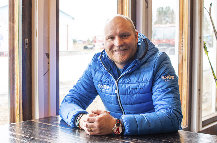 Ensilumi herättää maailmanmestarissa edelleen pikkupoikamaisen riemun. Nykyään Kalle Palander myy lumen säilömisteknologiaa hiihtokeskuksille.