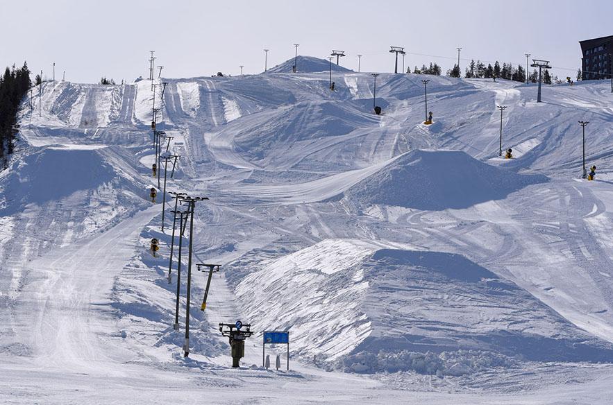 Levillä lunta varastoidaan massiivisiin kasoihin myös Eturinteille.