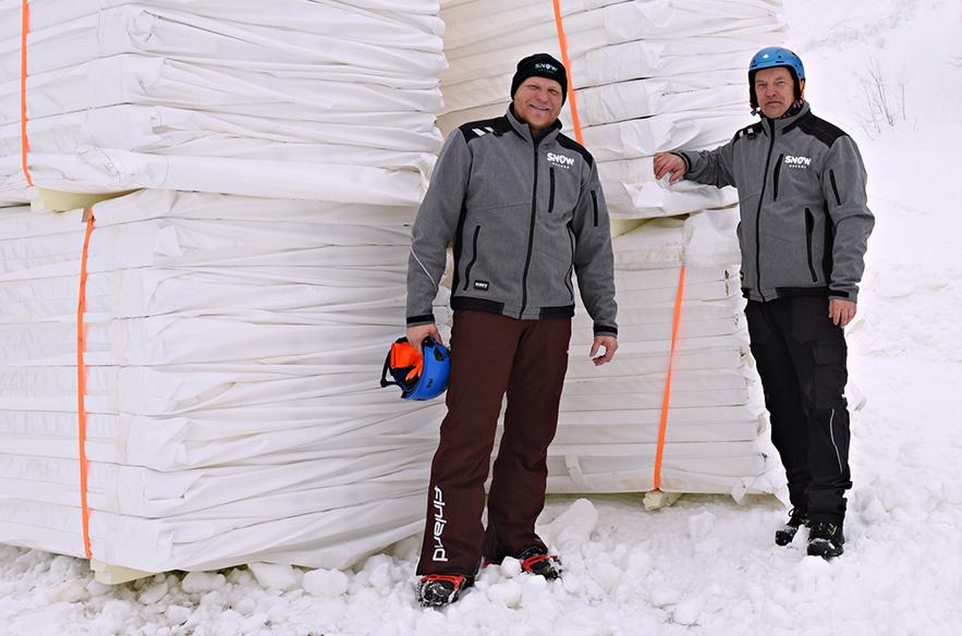 Snow Securen Kalle Palander ja Mikko Martikainen kuvattuna uusien eristemateriaalien kanssa Levillä. Kuva. Arctic Angle