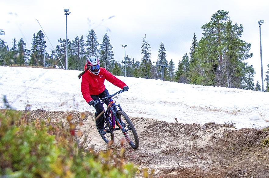 Rukan avajaisviikonloppuna lokakuussa 2020 pääsee mäkeen suksilla, laudalla ja pyörällä.