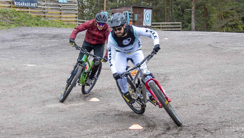 FMBIA-ohjaajat opastavat turvalliseen ja hauskaan bike park -pyöräilyyn. Kuvassa FMBIA-koulutusohjelman luoneet Matti Lehikoinen ja Antti Laiho.