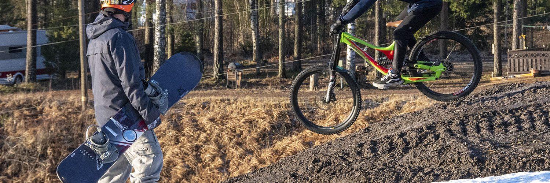 Laskukausi vaihtui keväällä 2020 vauhdilla lumilta bike parkeihin. Kuva uusiutuvan Kalpalinnan keväästä.
