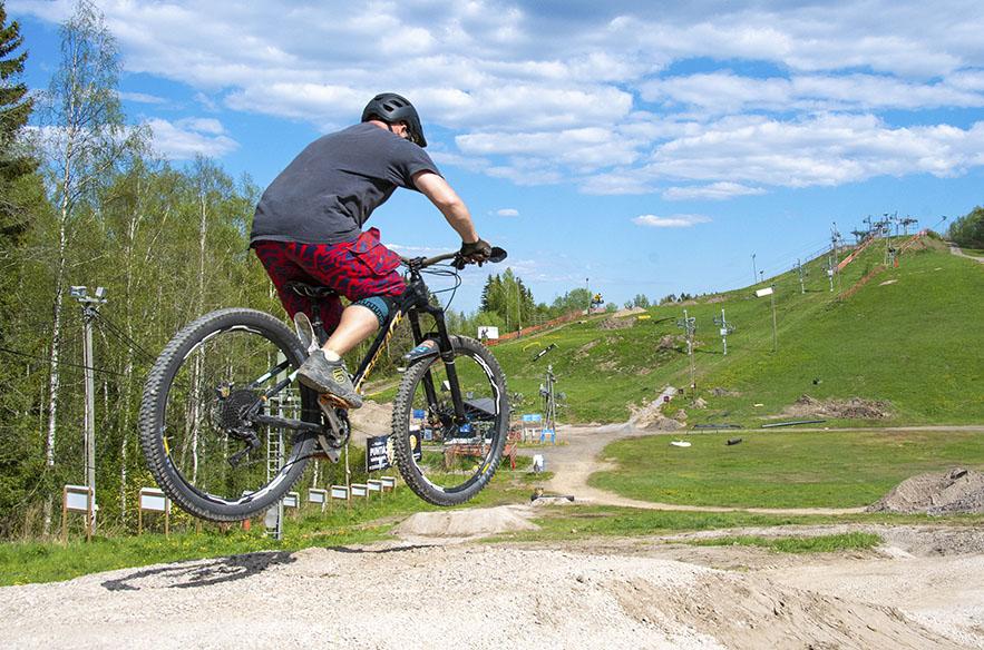 Harjoittelurinteen hyppylinjalla pääsee opettelemaan pyörällä hyppimistä.
