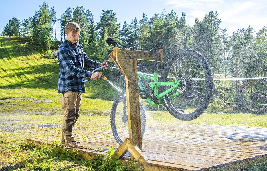Useimmissa bike parkeissa on pesupisteet. Meri-Teijo Bike Parkin Jani Salminen kertoo, kuinka saat pestyä pyörän nopeasti ja tehokkaasti.