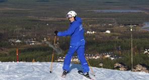 """Ensimmäinen lasku on aina juhlahetki. """"Alkuun peruslaskuja ja tuntuman hakua"""", kuului Levin hiihtokoulun Minna Nevalaisen suunnitelmat."""