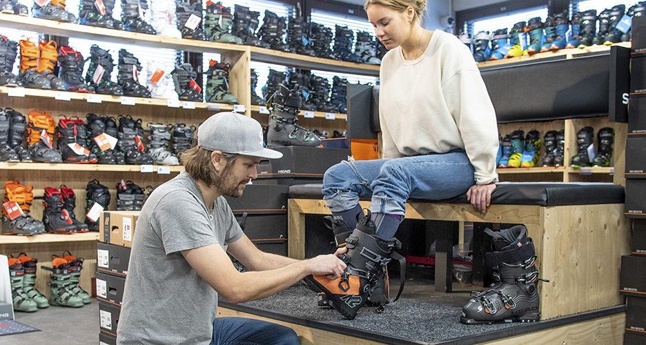 Laskettelumonon muokkaus lähtee liikkeelle sopivasta kengästä. Ammattitaitoinen myyjä ja kattava valikoima on paras lähtökohta sopivan monon löytymiseen.