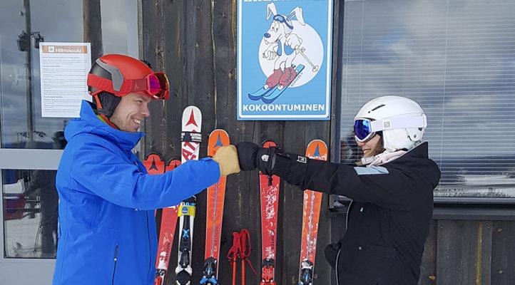 Kommentin kirjoittaja Siiri Naukkarinen hiihdonopettaja Antti Aartolahden kanssa Riihivuoressa.