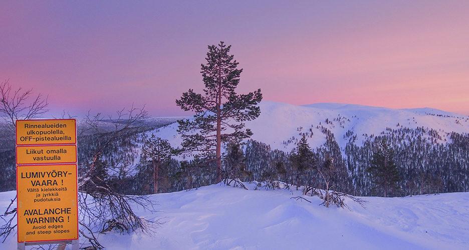 Luonnonvaraisilla tuntureilla kulkee vapaalaskijoiden lisäksi muitakin ulkoilijoita. Kaikille ei lumivyöryvaara ole tuttu asia. Ylläksellä ski patrol muistuttaa kulkijoita vaarasta kaikkein suosituimmalla retkipaikalla.