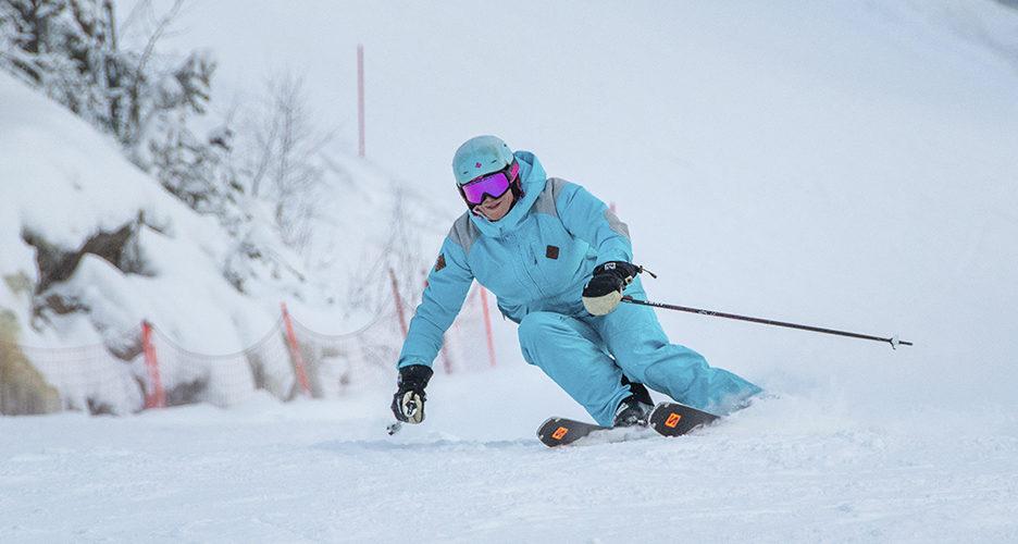 Jalkapohjat rennoksi ja pystyt reagoimaan nopeasti rinteen muotoihin sekä vaihteleviin lumiolosuhteisiin. Hiihdonopettaja Teija Uurinmäki näyttää mallia.