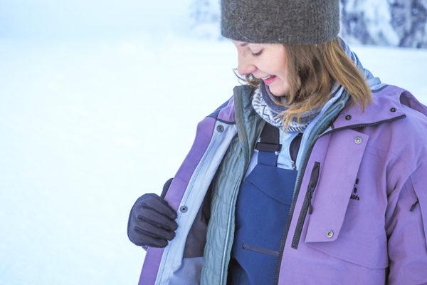 Kerrospukeutuminen alkaa alusvaatteista. Päälle tuulta sekä vettä hylkivä kuorikerros ja väliin kelin mukaan lämmittäviä vaatteita.