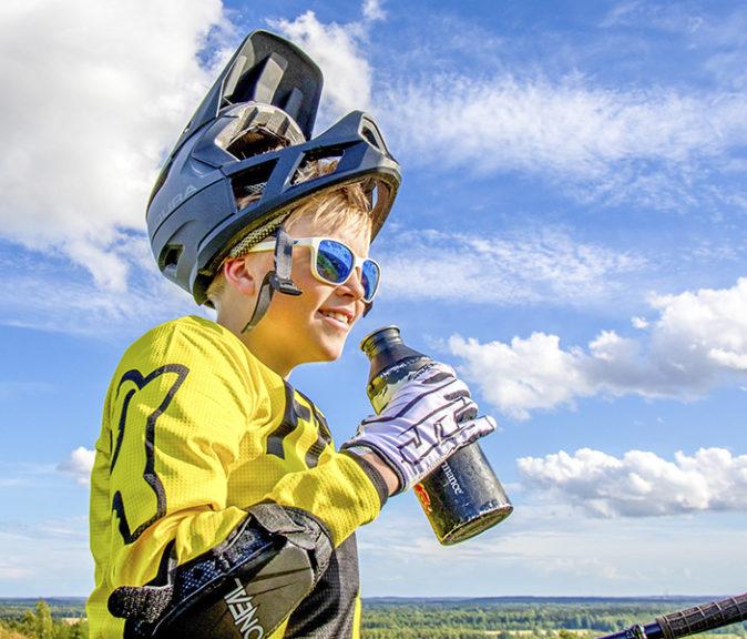 Alamäkipyöräily on mainio koko vauhdikkaan perheen yhteinen harrastus.