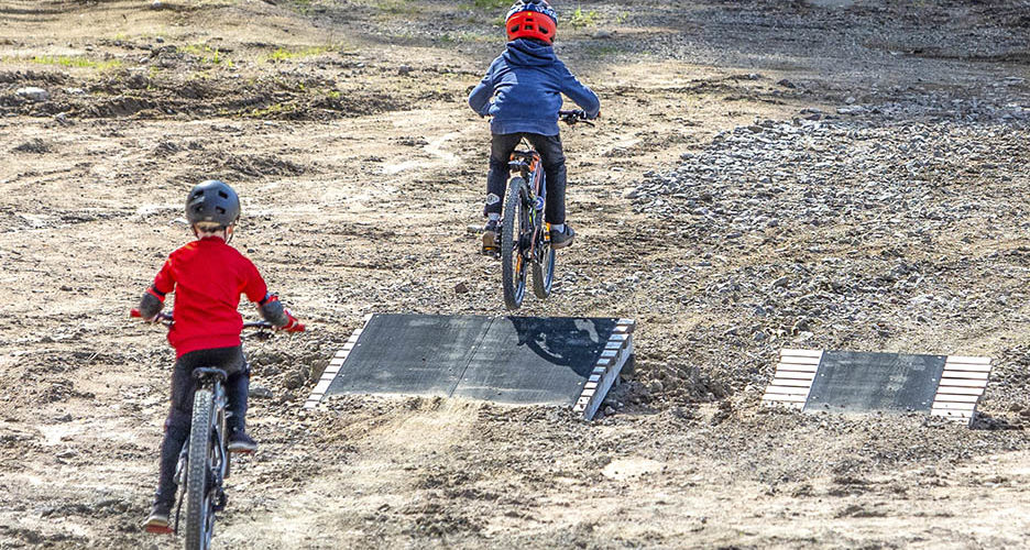 Mielakka LBP, eli Lasten Bike Park, sopii mainiosti junioreiden lisäksi myös hissipyöräilyn opetteluun. Mattohissin ja helppojen reittien lisäksi alueella voi harjoitella hyppyjä tai vaikka wall ride -ajoa.