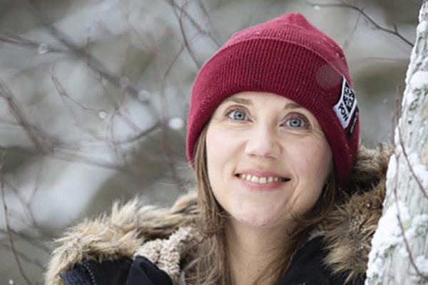 Lumen jäljillä -kirjan tekijä Heidi Kalmari on hiihdonopettaja, toimittaja ja tietokirjailija. Hän on myös aktiivisesti mukana Protect Our Winters -liikkeessä.